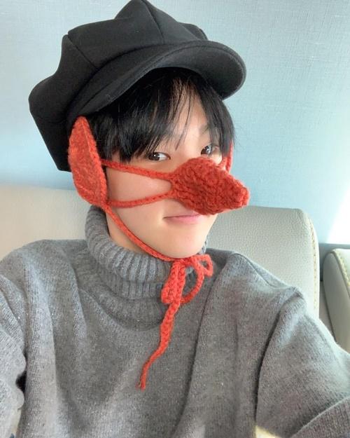 Ho Shi (Seventeen) được đan tặng món đồ che tai, che mũi siêu ngộ nghĩnh.