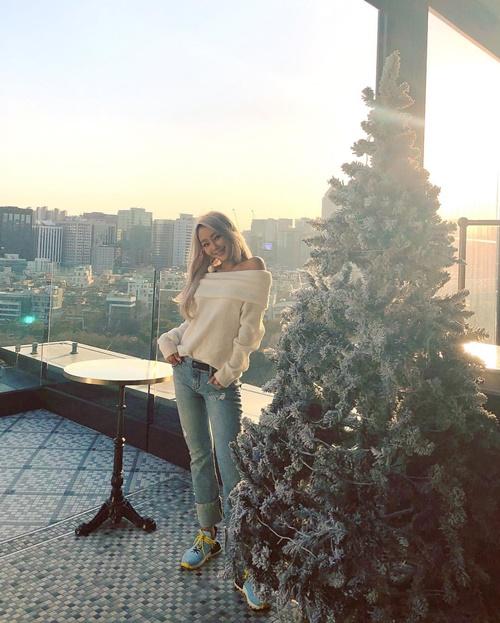 Hyo Rin khoe dáng bên cây thông Noel, không ngại để lộ vai trần trong gió lạnh.