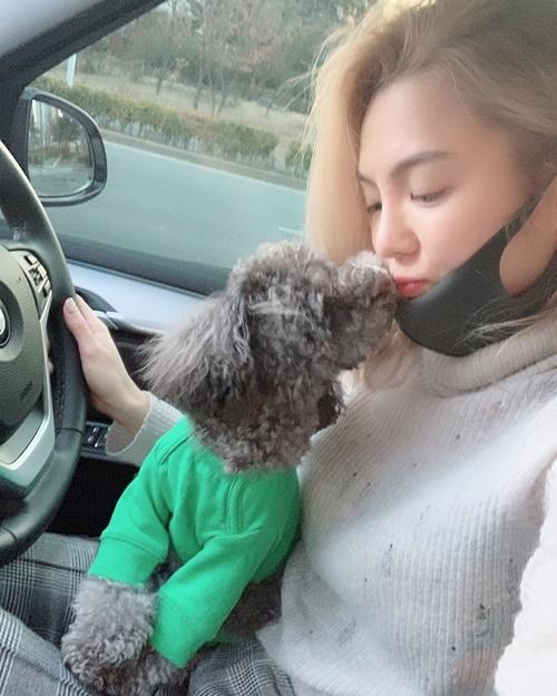 Hyo Yeon lái xe đưa cún cưng đi chơi cùng, nhận được một nụ hôn ngọt ngào từ boss.