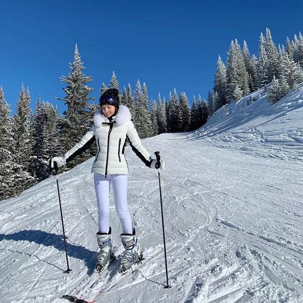 Jessica mặc áo phao ôm dáng ấm áp đi trượt tuyết.