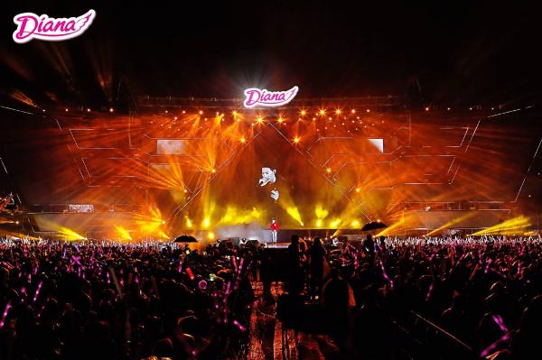 Gần 50.000 khán giả cháy hết mình trong không gian tràn ngập âm thanh và ánh sáng.