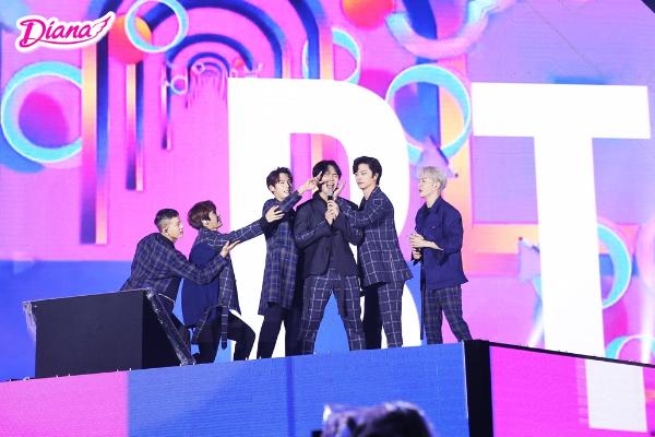 Ngoài các ca sĩ Việt, đêm nhạc còn có sự xuất hiện của hai nhóm nhạc Hàn Quốc là BTOB và EXID.
