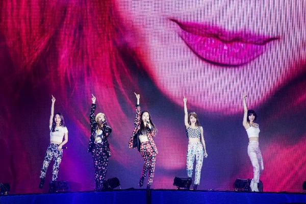 Cả hai ban nhạc không chỉ trình diễn những bản hit nằm trong bảng xếp hạng châu Á mà còn giao lưu cùng khán giả.