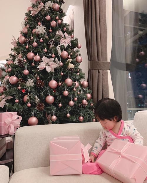 Sau khi công khai rõ hình ảnh con gái, Hoa hậu Đặng Thu Thảo thoải mái chia sẻ ảnh nhóc tỳ nhà mình vui chơi bên cây thông Noel lớn. Người đẹp tiết lộ bé nhà mình rất yêu thích màu hồng.