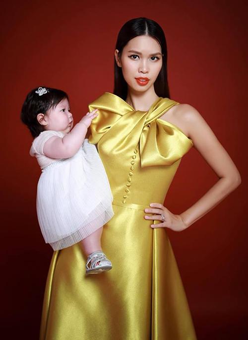 Hà Anh bế con gái bụ bẫm như búp bê lên bìa tạp chí.
