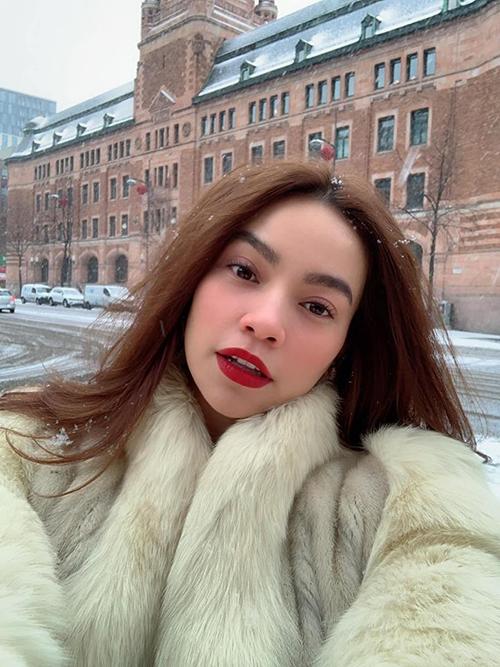 Hà Hồ thích mê khi được vui chơi dưới tuyết ở Thụy Điển cùng cả gia đình.