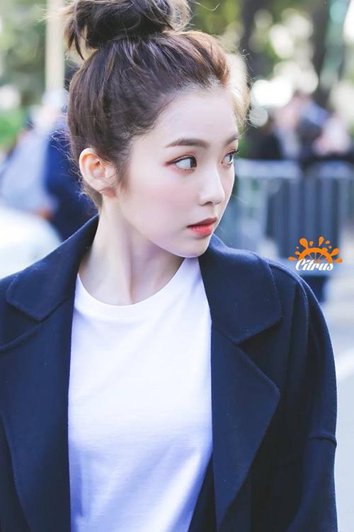 Irene đến từ Daegu và có giọng địa phương cực đáng yêu. Trong Vblog mới nhất, trưởng nhóm Red Velvet thể hiện hình ảnh gần gũi, dễ thương hết mức khi trở về quê nhà, đi chơi cùng bạn bè.