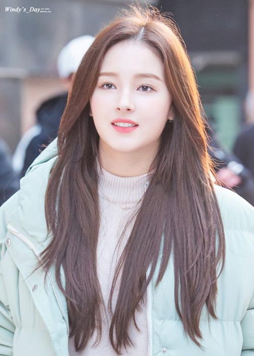 Nancy là cô gái mang hai dòng máu của bố người Mỹ và mẹ người Hàn Quốc. Cô nàng sinh ra tại Daegu, sau đó chuyển sang Mỹ tầm 6 năm và sau đó quay trở lại Hàn.
