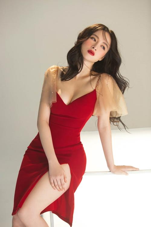 Được nhận xét là biểu tượng sexy thế hệ mới của V-Biz, không cần hở bạo nhưng Angela Phương Trinh vẫn khiến người nhìn khó rời mắt trong bộ ảnh mới đón Giáng sinh.