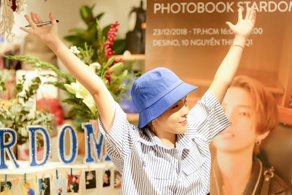 Các fan đã tự trang trí rất đẹp mắt, sử dụng tông màu xanh trùng với chiếc mũ giọng ca Leader diện tại sự kiện. Không chỉ mang theo album cùng photobook để ký tặng, họ còn mang theo rất nhiều quà, trong số đó có một bức tranh chân dung của Vũ Cát Tường được vẽ tay tỉ mỉ để gửi tặng nữ ca sĩ.