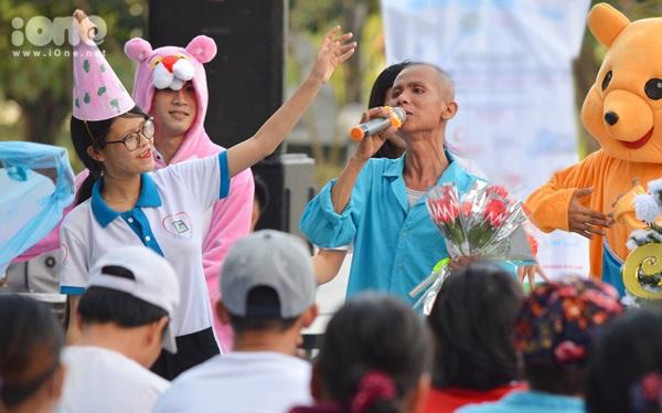 Cùng ngày, hàng chục bạn trẻ Đà Nẵng đã đến bệnh viên ung bướu Đà Nẵng để tổ chức hoạt động giao lưu văn nghệ, tặng quà nhằm mang niềm vui đến các bệnh nhân. Hoạt động nằm trong dự án tình nguyện Một bức tranh - Nhiều hy vọng.