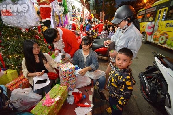 Những Ông già Noel đặc biệt mùa Giáng sinh ở Đà Nẵng - 1
