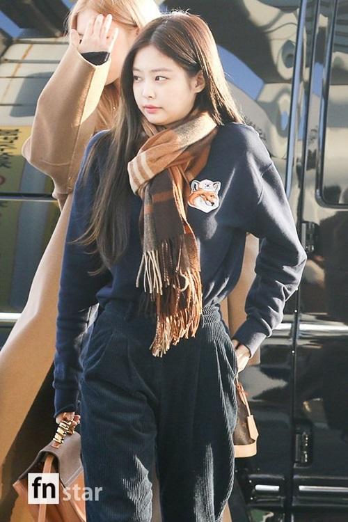 Jennie lộ mặt bánh bao cute. Ngôi sao nhà YG làm điệu bằng khăn quàng kẻ và hình in ngộ nghĩnh trên áo.