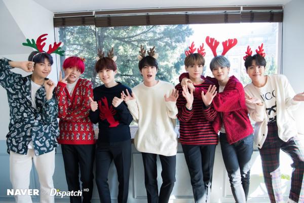 Bộ ảnh mớicủa BTS đang được fan chia sẻ rần rần trên mạng xã hội. Các thành viên ai cũng nhí nhảnh tạo dáng với những chiếc bờm tuần lộc đúng không khí Giáng sinh.