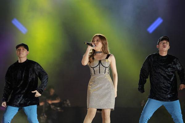 Orange trình bày ca khúc mới Tình nhân ơi khuấy động không khí đêm nhạc.
