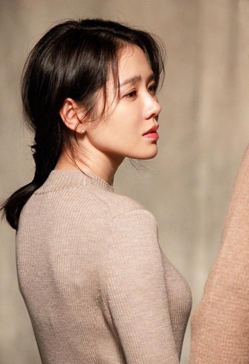 Chị đẹp mua cơm cho tôi là bộ phim nổi tiếng nhất của Hàn năm 2018. Son Ye Jin trở thành chị đẹp của toàn châu Á. Nét đẹp nhẹ nhàng, nữ tính và hoàn hảo trên mọi khung hình giúp Son Ye Jin trở thành một hiện tượng trong năm. Ngôi sao còn ghi điểm nhờ hoạt động chăm chỉ, liên tục biến hóa hình tượng trong tác phẩm điện ảnh như Be with You, The Negotiation.