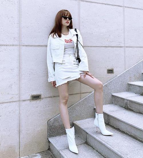 Thiều Bảo Trâm đầy cá tính với cả cây đồ jeans trắng, kết hợp boots tông xuyệt tông.