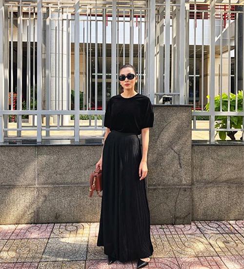 Hà Tăng chỉ cần diện váy maxi đen trơn vẫn không hề giảm sức hút.