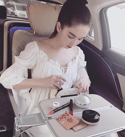 Ngọc Trinh bày đồ trang điểm tranh thủ tút tát nhan sắc ngay trên xe hơi.