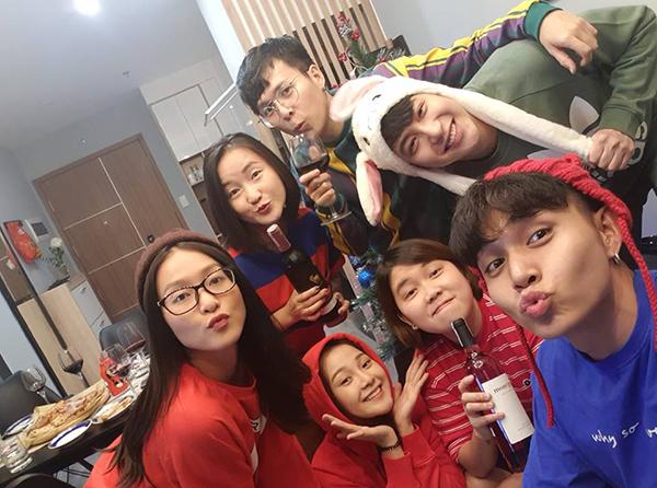 Jun Phạm tổ chức tiệc Noel tại gia cùng những người bạn thân như Khả Ngân, B Trần, Lê Tam Triều Dâng...