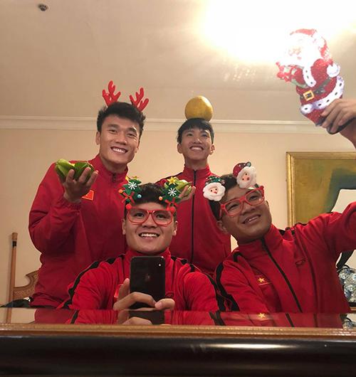 Quang Hải đăng ản nhắng nhít bên anh em và kèm lời chúc Chúc cả nhà Giáng sinh an lành và ấm áp