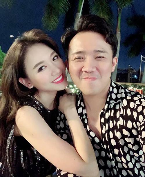 Trấn Thành và Hari Won đi đâu cũng có nhau rất tình cảm.