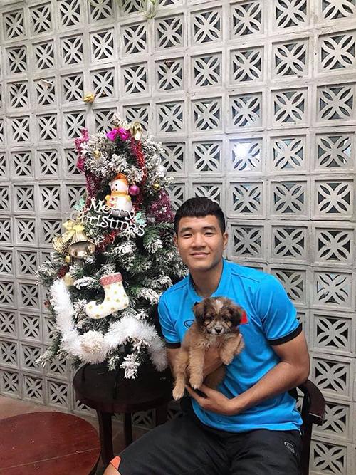 Hà Đức Chinh ôm mèo cưng