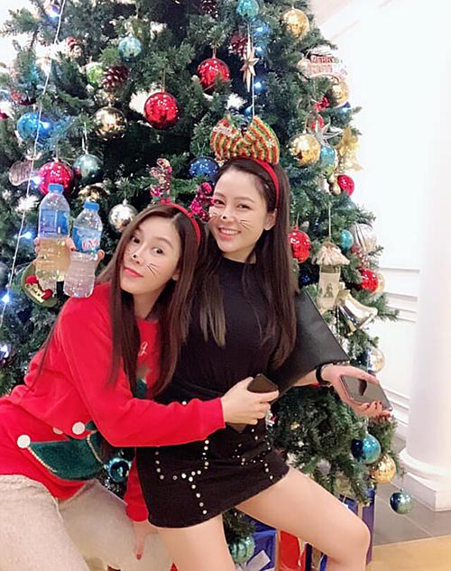 Hai chị em thân thiết Quế Vân - Trâm Anh nhí nhố đón Giáng sinh bên nhau.