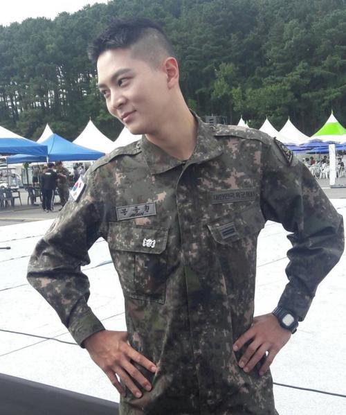 Hình ảnh phong trần, nam tính của Joo Won khi mặc áo lính.