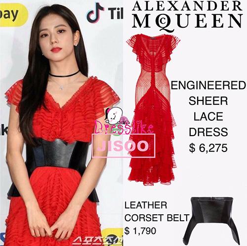 Dù bị chê nhưng váy của Ji Soo có giá lên tới 146 triệu đồng, thắt lưng da giá 42 triệu đồng.