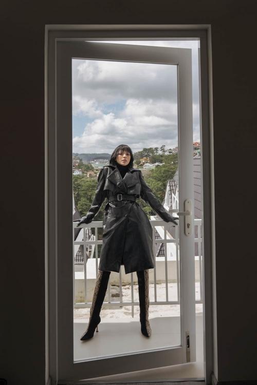 Để có được hình tượng cô gái mạnh mẽ, quyền lực với trench coat dáng dài, Tú Hảo thường ưu ái những thiết kế có dáng cơ bản, ít chi tiết rườm rà.