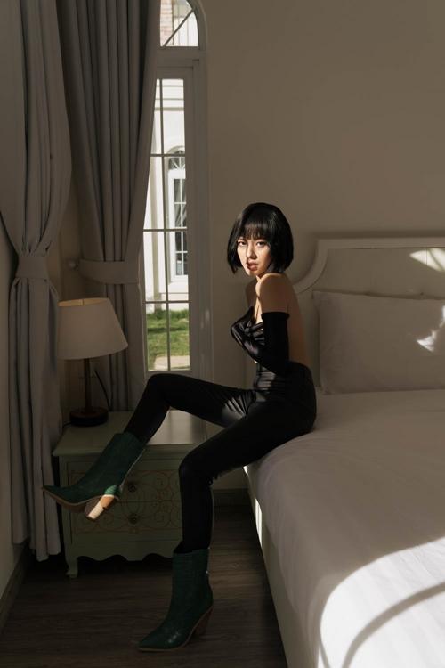 Luôn xuất hiện với hình ảnh kín đáo nhưng gần đây Tú Hảo khiến nhiều fan bất ngờ với màn lột xác ngày một sexy. Sau danh hiệu Quán quân Gương mặt Thương hiệu 2017, nàng mẫu 9x được nhiều người biết đến hơn và ngày chàng chứng tỏ sự trường thành.
