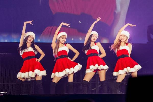 Trên sân khấu mừng Giáng sinh mới đây, được một lần hiếm hoi mặc đồ giống hệt các thành viên khác nhưng Jennie vẫn là người diện bộ váy ngắn nhất, lộ quần phía trong.