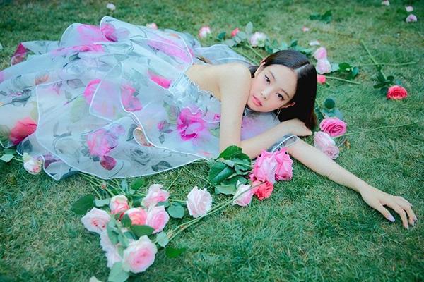 Jennie cũng là thành viên đầu tiên được ra mắt MV Solo với số tiền đầu tư bạc tỷ. Chỉ tính riêng khoản quần áo của cô nàng đã gây choáng váng vì gồm hàng chục bộ đồ cao cấp. Stylist tự do sắm đồ trăm triệu về rồi biến tấu đủ kiểu cho phù hợp vóc dáng của nữ idol.