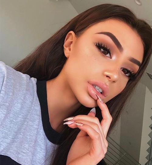 Hàng lông mày chính là chi tiết khiến các cô gái ám ảnh nhất trên gương mặt trong năm qua. Xu hướng gây sốt nhất 2018 là lông mày cong vút, sắc nét, đậm dày và không có một chi tiết nào thừa. Mốt trang điểm này được các hot girl trên Instagram lăng xê nên từ đó cũng có tên là lông mày Instagram.