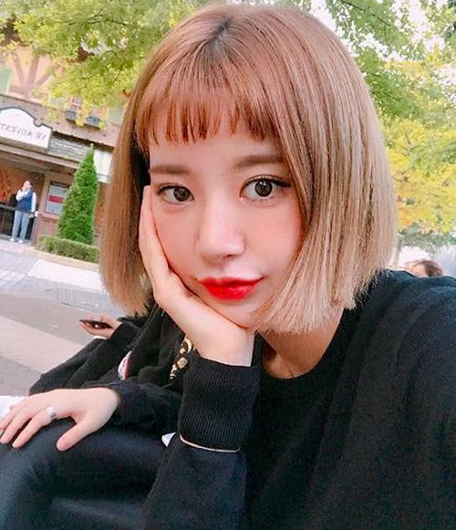Xu hướng mái ngắn trên lông mày không quá mới nhưng vẫn được con gái Hàn, Việt ưa chuộng năm nay. Khi kết hợp cùng kiểu tóc ngắn ngang cằm, độ đáng yêu, trẻ trung càng tăng thêm một bậc.