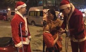 Phạm Xuân Mạnh U23 chống nạng đi phát quà Giáng sinh