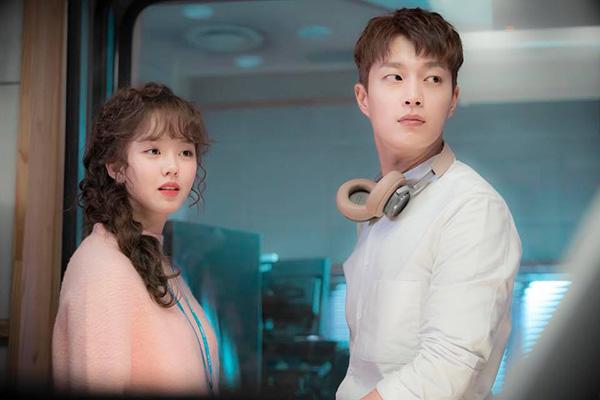 Bộ phim mở hàng cho tuổi 20 của Kim So Hyun là Radio Romance. Nữ diễn viên thoát khỏi dạng học học sinh quen thuộc, quyết tâm xây dựng hình ảnh trưởng thành hơn với vai diễn một biên kịch của chương trình radio.