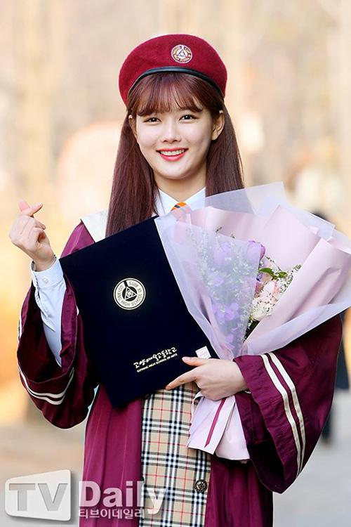 Kim Yoo Jung không học đại học mà chuyên tâm vào muốn chuyên tâm đóng phim. Nữ diễn viên nhận vai chính trong bộ phim Clean With Passion For Now - đây cũng là tác phẩm đầu tiên khi Yoo Jung bước sang tuổi 20.