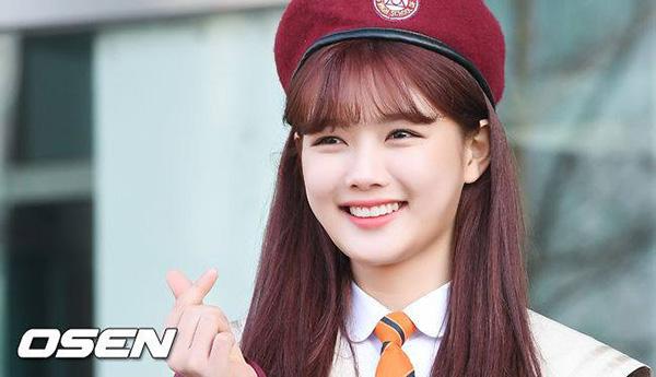 Vào tháng 2/2018, Kim Yoo Jung tốt nghiệp cấp 3 và bước vào tuổi trưởng thành (tính theo tuổi Hàn). Ngôi sao sinh năm 1999 được đánh giá là một trong những diễn viên thế hệ mới đáng mong chờ nhất. Yoo Jung có nhan sắc và khả năng diễn xuất, mức độ nổi tiếng cao ở nhiều độ tuổi nhờ việc đóng phim từ nhỏ. Bộ phim Mây họa ánh trắng (năm 2016) hợp tác cùng Park Bo Gum tạo ra một cơn sốt, đánh dấu bước chuyển mình của nữ diễn viên nhí.