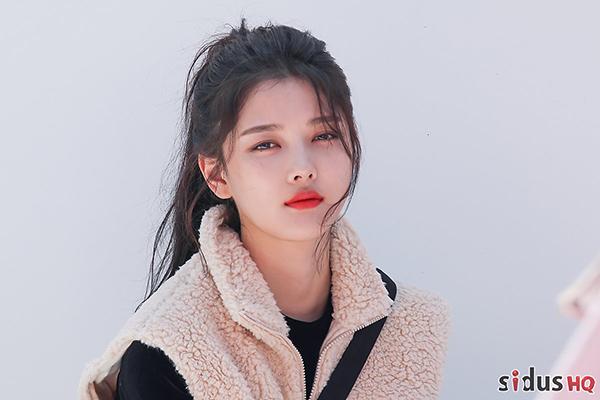 Trong tháng 2, công ty quản lí của Kim Yoo Jung, xác nhận cô đã nhập viện vì thể chất suy yếu. Nữ diễn viên được chẩn đoán bị suy giảm hoạt động của tuyến giáp, dẫn đến việc cơ thể không sản sinh đủ hormone tuyến giáp.
