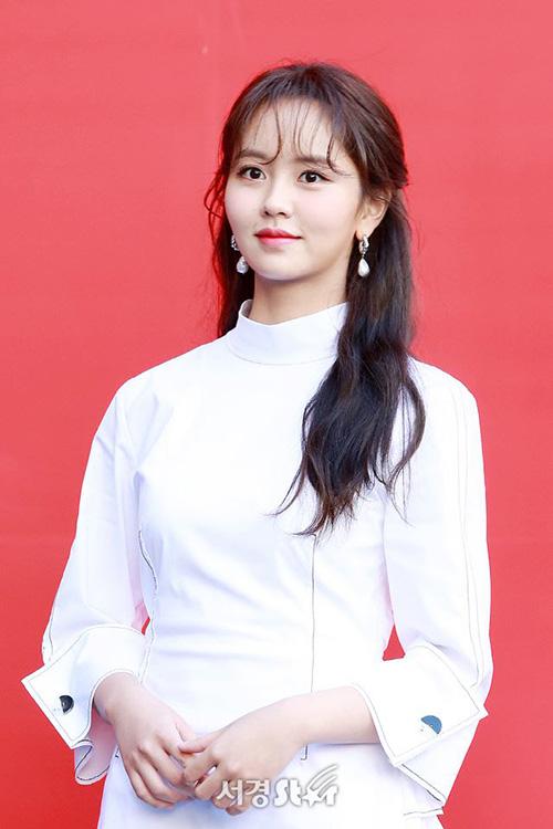 Kim So Hyun đã có một năm bận rộn khi trở thành sinh viên Đại học, tham gia sự kiện, làm MC cho show sống còn Undernineteen. Mỗi lần xuất hiện, ngôi sao sinh năm 1999 luôn khiến công chúng trầm trồ nhờ nhan sắc.