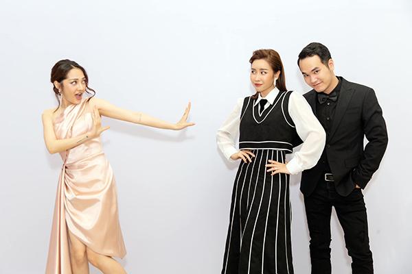 Chụp ảnh nhắng nhít với Khắc Hưng, Lưu Hương Giang, Bảo Anh gọi vui đây là poster phim mới sắp ra mắt.
