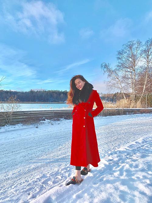 Hồ Ngọc Hà đi dép trên tuyết