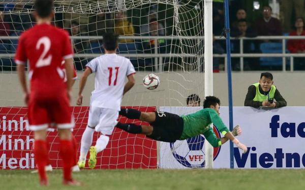 Thủ môn Bùi Tiến Dũng phải nhận bàn thua sau cú sút phạt của cầu thủ Triều Tiên.