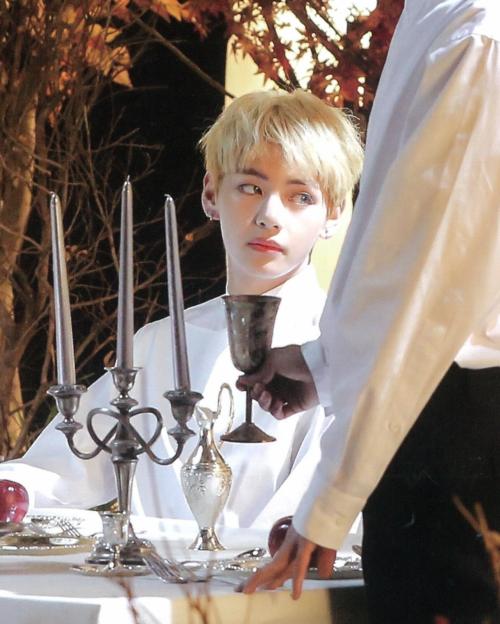 Mới đây, chủ đề có tên V ngoài đời thực thu hút nhiều sự chú ý của netizen Hàn Quốc. Thành viên BTS vốnnổi tiếng với ngoại hình đẹp trai nhưng người hâm mộ vẫn không ít lần phải há hốc mồm trước nhan sắc của anh chàng.