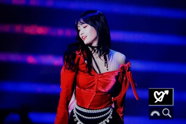 Twice có một màn trình diễn phù hợp với không khí Giáng sinh, trang phục lấy tông đỏ làm chủ đạo. Chiếc áo lệch vai một bên của Momo khá nguy hiểm, khiến cô nàng lấp ló vòng một.