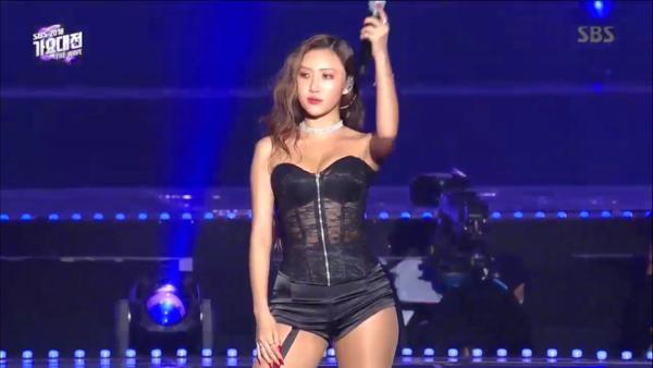 Hwasa không hề để tâm đến những tranh cãi ở lễ trao giải MAMA Japan mà vẫn tiếp tụcbộ cánh khoe vòng 3, chất liệu xuyên thấu táo bạo. Ở SBS Gayo Daejun, Hwasa tiếp tục khiến netizen phải xôn xao vì trang phục giống đồ nội y.