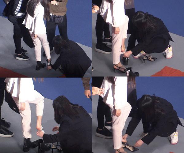 Ngôi sao không cần phải cúi người xuống vì đã có trợ lý giúp thay từng đôi giày.