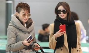 Hộ tống con gái sang Việt Nam, mẹ Ji Yeon gây ngỡ ngàng vì style 'chất ngầu'